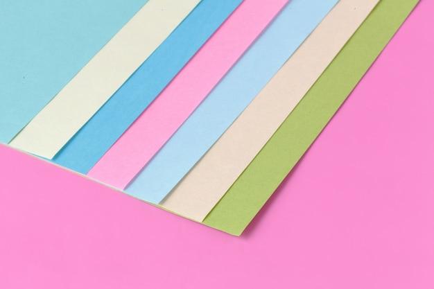 Composição plana de geometria de papéis coloridos