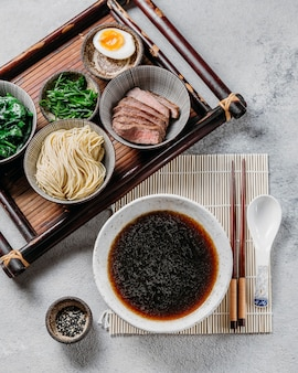 Composição plana de prato japonês
