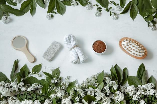 Composição plana de spa com acessórios de banho, produtos de saúde e beleza com flores frescas