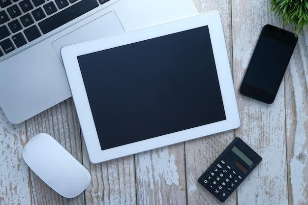 Composição plana de tablet digital, laptop e smartphone na mesa
