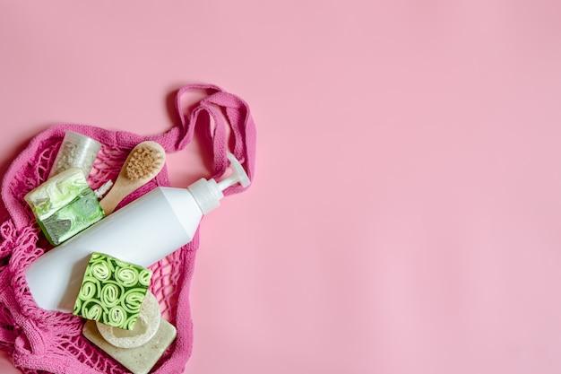 Composição plana lay spa com itens de higiene pessoal e acessórios de banho em uma bolsa de barbante.