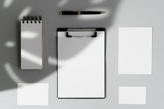 Composição plana leiga com artigos de papelaria em branco