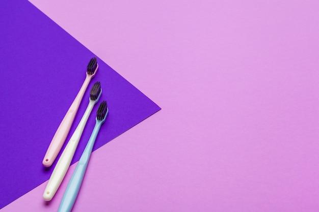 Composição plana leiga com escovas de dente manuais, close-up