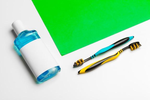 Composição plana leiga com escovas de dente manuais e produtos de higiene bucal