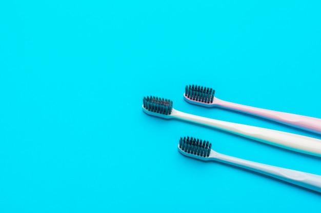 Composição plana leiga com escovas de dentes manuais