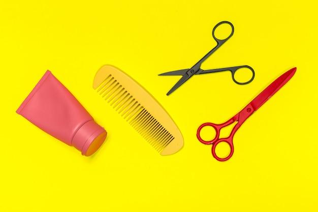 Composição plana leiga com ferramentas de cabeleireiro profissional no yellowbackground