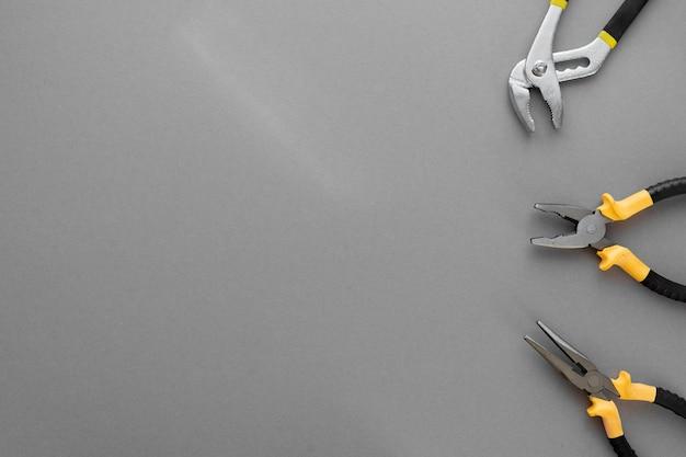 Composição plana leiga com ferramentas de ferramentas de construção e reparo doméstico em fundo cinza, espaço para texto