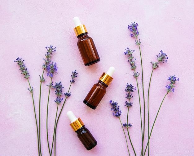 Composição plana leiga com flores de lavanda e cosméticos naturais