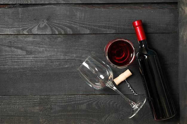 Composição plana leiga com garrafa de vinho