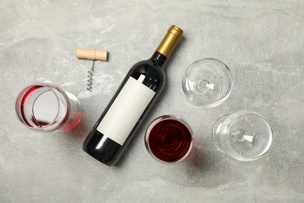 Composição plana leiga com garrafa e copos de vinho
