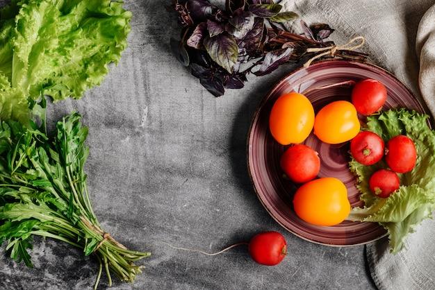 Composição plana leiga com ingredientes para uma salada vegetariana com um espaço de cópia.