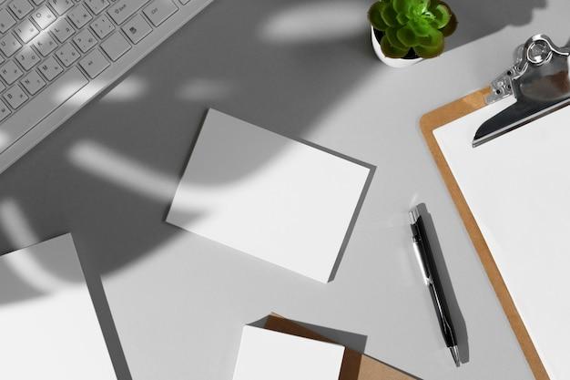 Composição plana leiga com maquete de papelaria em branco