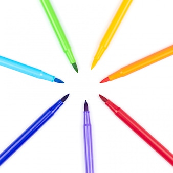 Composição plana leiga com marcadores em fundo branco. arco iris. paleta