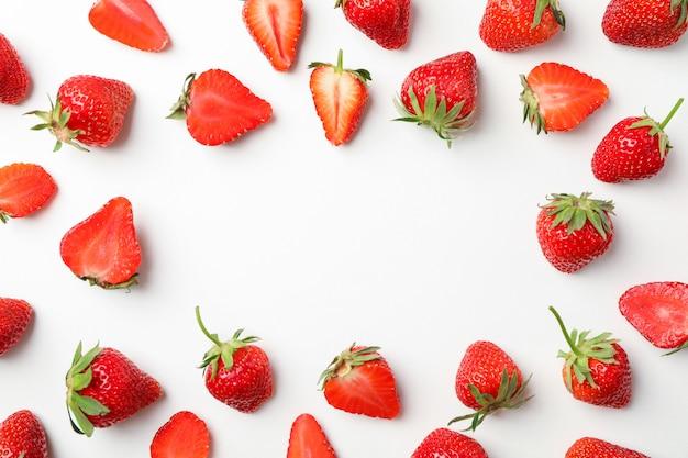 Composição plana leiga com morangos no fundo branco, espaço para texto. bagas e frutos doces de verão