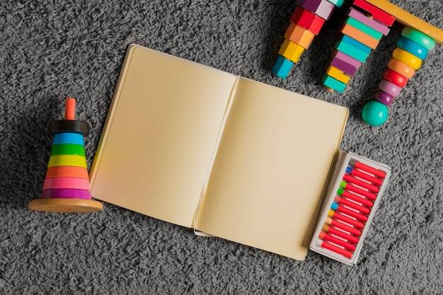 Composição plana leiga de brinquedos e modelo de livro aberto