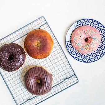 Composição plana leiga de deliciosos donuts