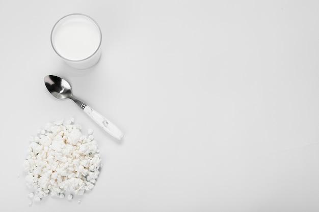 Composição plana leiga de diferentes ingredientes em fundo branco, com espaço de cópia