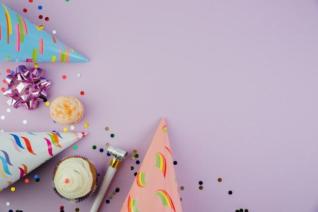 Composição plana leiga de elementos de aniversário com copyspace