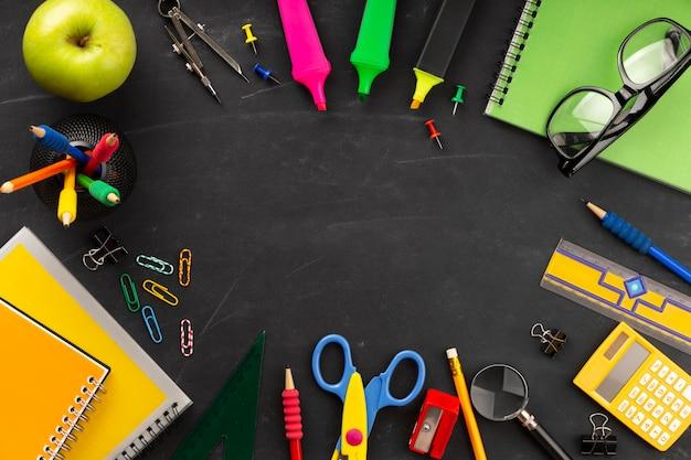 Composição plana leiga de elementos do dia de educação com espaço de cópia