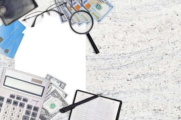 Composição plana leiga de escritório com calculadora, catálogo de endereços e outros itens de escritório