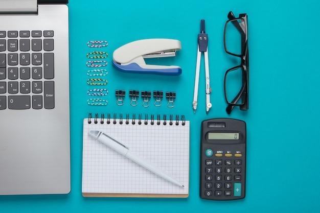 Composição plana leiga de ferramentas de escritório, artigos de papelaria em azul.