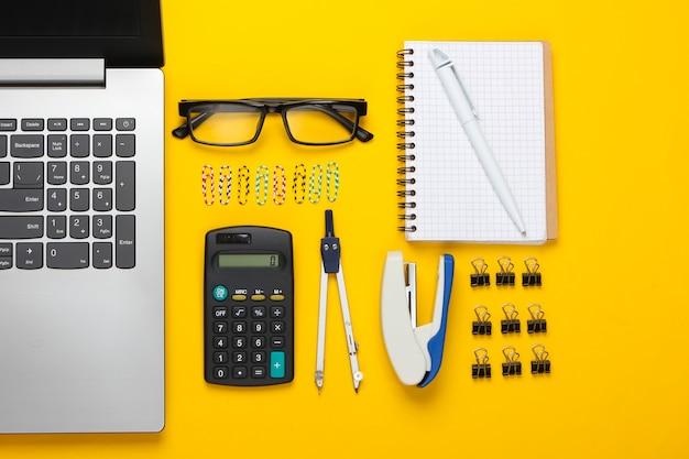 Composição plana leiga de ferramentas de escritório, papelaria em amarelo