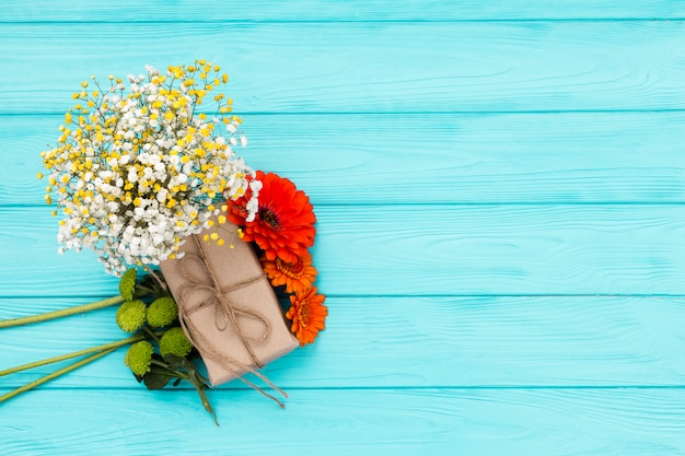 Composição plana leiga de flores com copyspace