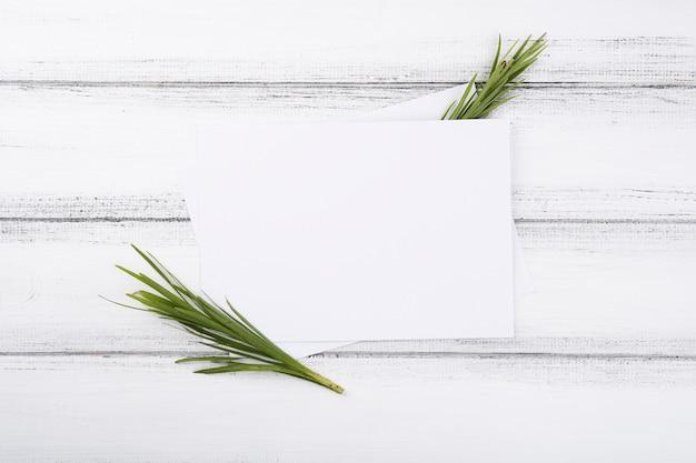 Composição plana leiga de flores com modelo de cartão
