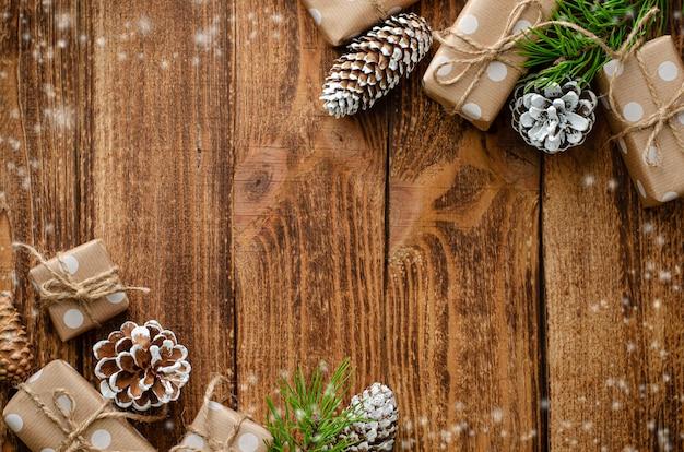 Composição plana leiga de natal em fundo de madeira