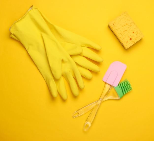 Composição plana leiga de produtos de lavar louça, utensílios de cozinha em amarelo.