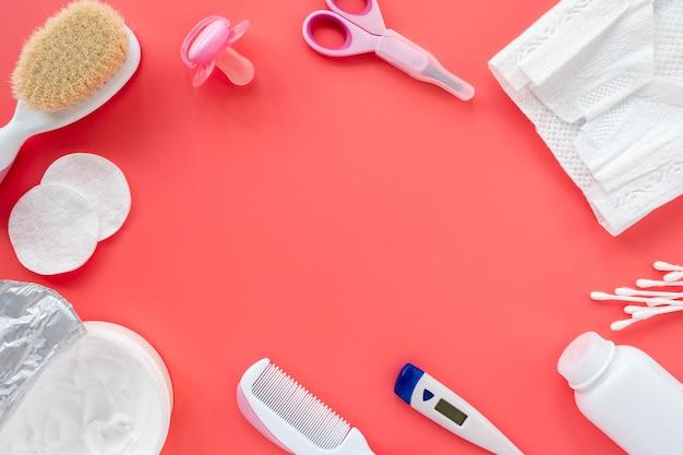 Composição plana leiga de produtos para bebês e cosméticos para cuidados com o recém-nascido, vista superior, copie o espaço para texto.