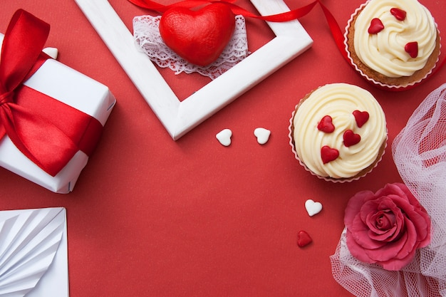 Composição plana leiga para dia dos namorados. presente em uma superfície vermelha.