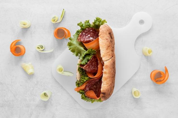 Composição plana sanduíches frescos leigos sobre fundo branco