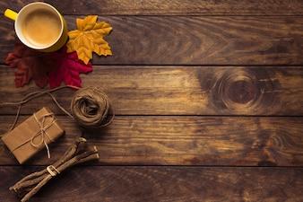Composição requintada de Outono com café e folhas