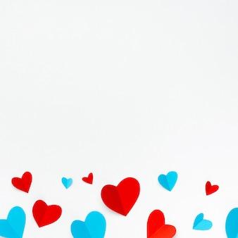 Composição romântica feita com corações vermelhos em fundo branco com copyspace para texto