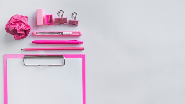 Composição rosa com material de escritório na mesa