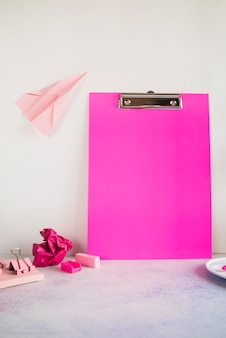 Composição rosa com tablet de escritório na mesa