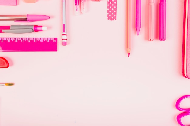 Composição rosa elegante de artigos de papelaria