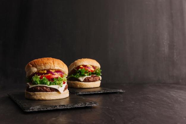 Composição saborosa de hambúrguer