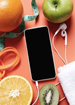 Composição saudável com frutas e smartphone