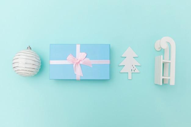 Composição simplesmente mínima de objetos de inverno ornamento de fundo azul isolado