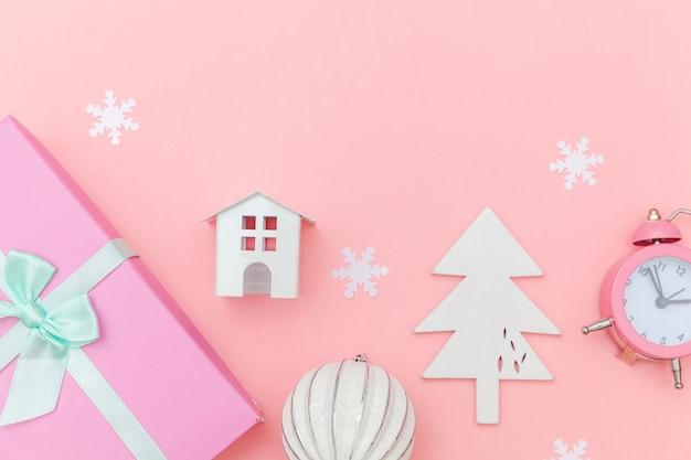 Composição simplesmente mínima de objetos de inverno ornamento isolado fundo rosa pastel
