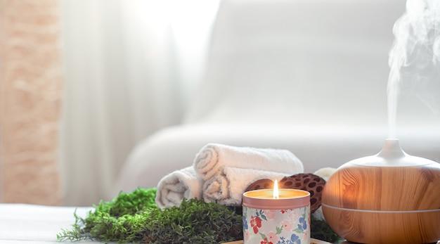 Composição spa com aroma de um difusor de óleo moderno com produtos de cuidado corporal.