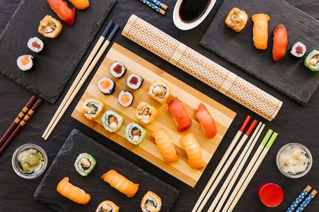 Composição variada de sushi