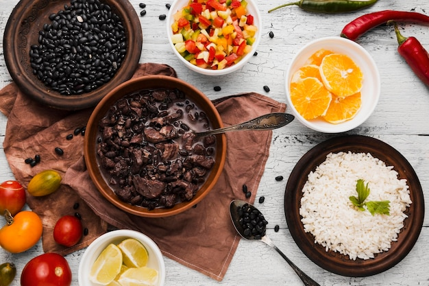 Composição vista de cima com deliciosa comida brasileira