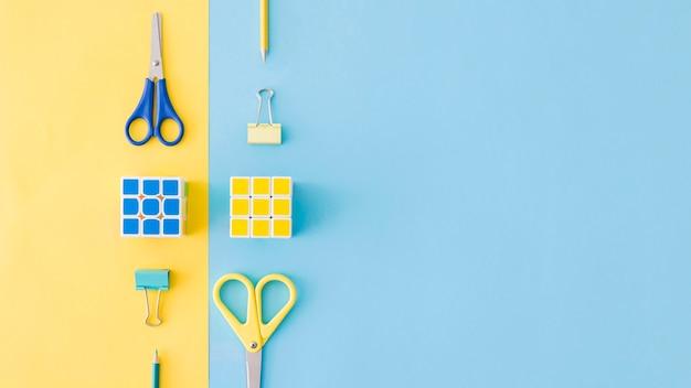 Composições amarelas e azuis de papelaria