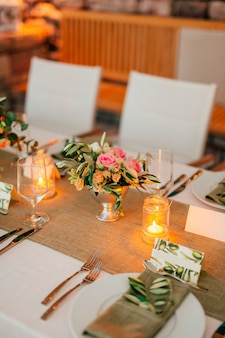 Composições de flores na mesa de casamento em decorações de casamento de estilo rústico