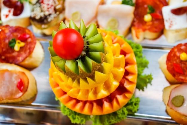 Composições de frutas frescas cortadas para buffet