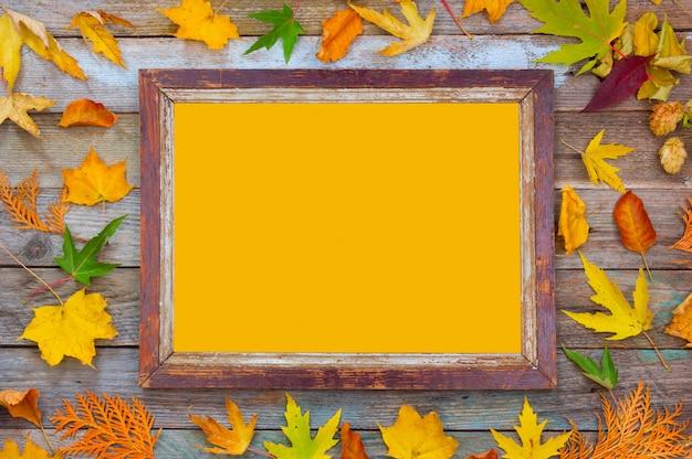 Composições de outono de folhas de outono brilhantes e moldura com espaço amarelo cópia