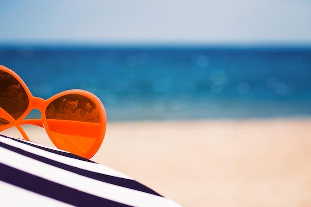 Composições de verão com óculos de sol azuis
